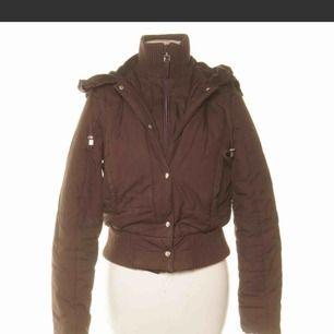 En brun jacka (som kan göras till en väst) ifrån marcs & spencers i storlek 34/XS.