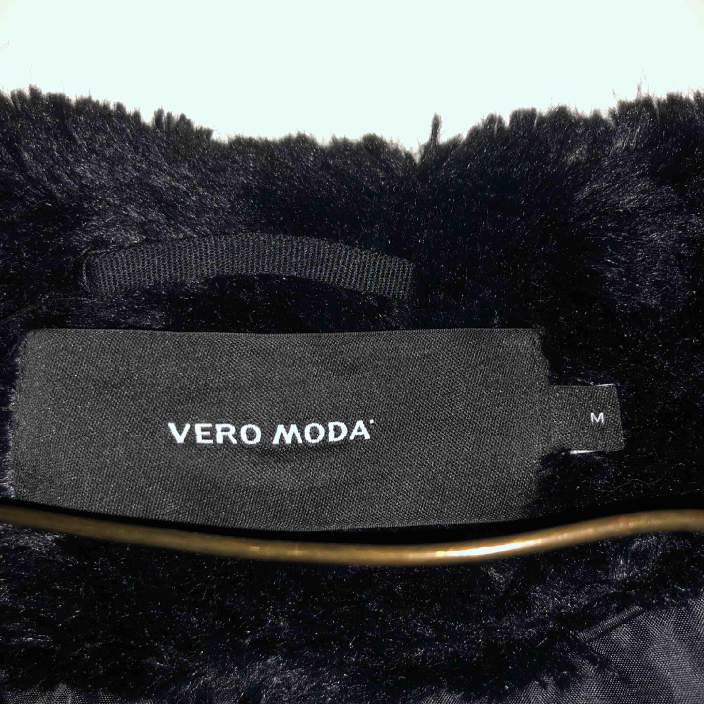 Pälsjacka (obs inte älta päls) från Vero Moda. Den är i nyskick då den knappt är använd. Frakt tillkommer. Jackor.