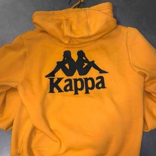 riktigt fet hoodie från kappa. Säljes för den inte används, ser gul ut men den är orange. Passar en S också.