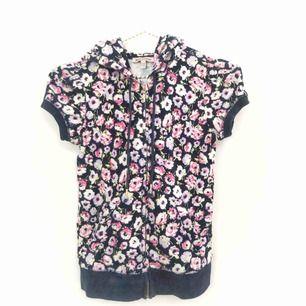 Kortärmad hoodie med dragkedja från Juicy Couture!💜💓💘💛💖 så himla söt! Tyvärr är den för liten för mig :( Frakt ingår i priset❗️🚚🤩