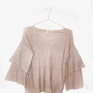 Bedårande stickad tröja i färgen dusty pink! Liiite stickig men inte så det är jobbigt tycker jag! Nypris ca900kr🙈🙊 frakt ingår i priset!📮