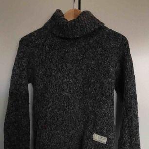 Fin stickad tröja från odd Molly Inköpt för 1200kr Mycket fint skick gjord i alpacka-blandning Perfekt till höst och vinter! Strl 0 alltså Xs/S