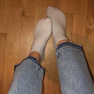 Ett par fina jeans med sträck på sidan och hål. Kommer aldrig till användning för mig därför säljer jag dem.  Frakt tillkommer:)