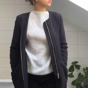 En skitsnygg kappa från dm retro med djupa fickor som passar perfekt ute eller som vardagsjacka.