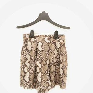 Ormskinns-mönstrade shorts från H&M! Aldrig använda❗️ Frakt ingår i priset❗️🚚🤩