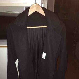 Fint skick använd endast fåtal gånger. Stl M. Lite oversised i looken. Snygg kappa. Ylle . Säljes pga garderobs rensning. Ej rökning. ( köpt för 3599 kr höst 2017)