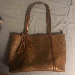En helt ny brun skin väska direkt från Ryssland! Ordinarie priset var 500 kr men säljer den nu för 100 kr. Mötts upp i Stockholm c om man är intresserad.