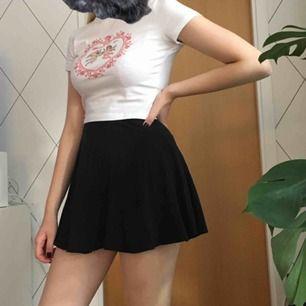 Svart, enkel kjol från H&M. Är i barnstorlek 158/164, men funkar som en XS/S. Frakt är inräknat.