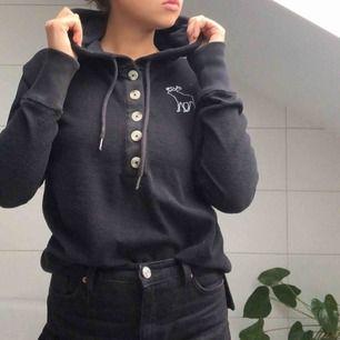 En svart hoodie från Abercrombie med knappar där fram. Väldigt skönt material och en rätt tunn tjocktröja om man jämför med andra hoodies.