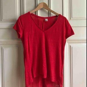 Röd t-shirt från H&M. V-ringad. Bra skick!