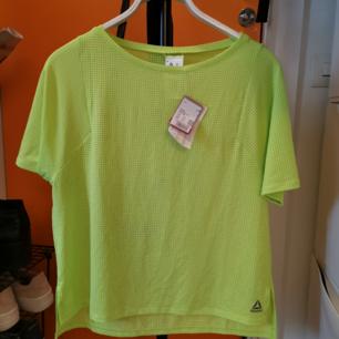 Reebok tränings t-shirt, aldrig använd. Prislapp kvar, nypris 399kr.