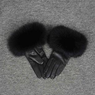 Säljer oanvända handskar med äkta päls och äkta skinn. Storlek M