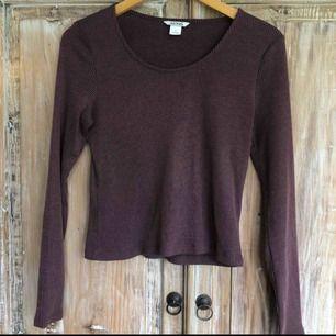 Ribbed långärmad tröja från Monki. Fint skick, i stort sett oanvänd då den är lite för liten för mig. Dov mörklila färg. Frakt ej inkluderat.