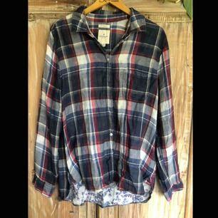 """""""Boyfriend fit"""" American Eagle flanellskjorta. Väldigt mjuk, med blåblommigt tyg på insidan. Säljer pga lite för stor. Fint skick! Frakt ej inkluderat."""