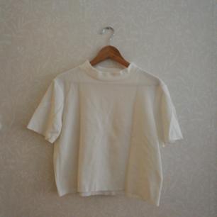 En tjock cropped tröja med korta ärmar.  Storlek L. TRF by Zara  A thick short-sleeved jumper from Zara. Size L. New and unworn but has no tags.