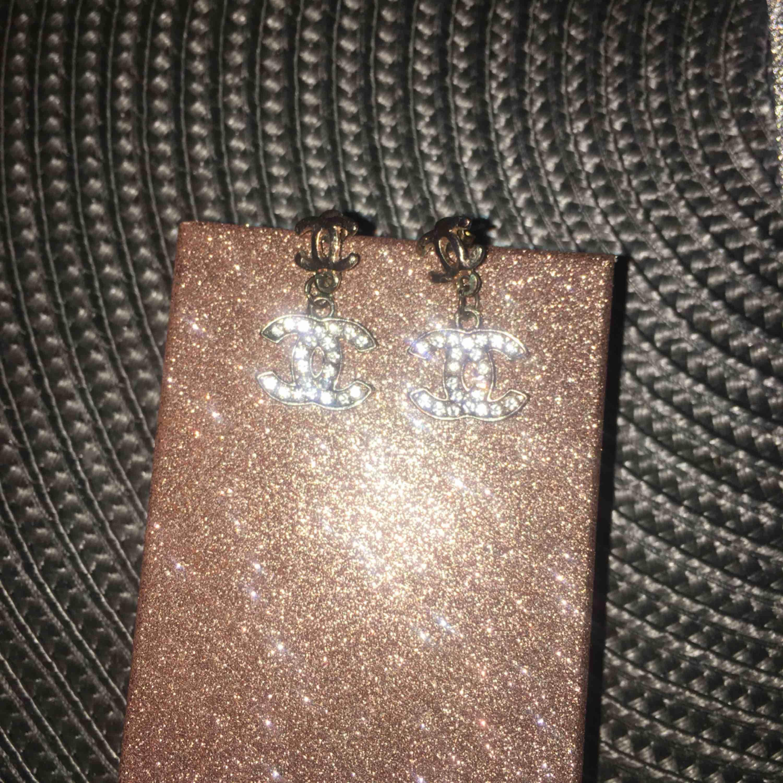Fina Chanel rosenguld färgade örhängen👌🏼 (ej äkta rosenguld eller äkta chanel) Använt några enstaka tillfällen ☺️ Frakt tillkommer & kostar 9kr 📦💸. Accessoarer.