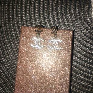 Fina Chanel rosenguld färgade örhängen👌🏼 (ej äkta rosenguld eller äkta chanel) Använt några enstaka tillfällen ☺️ Frakt tillkommer & kostar 9kr 📦💸