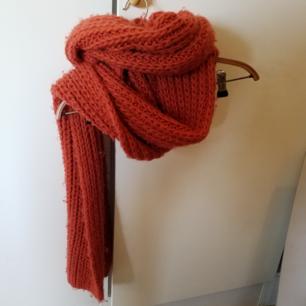 Stor mysig halsduk i fin orange färg, mjuk och gosig