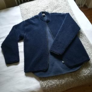 Teddy / pile / fiberull - jacka. Mörkblå. Nyskick Herrstorlek S/M, damatorlek M/L  240 kr inklusive med frakt