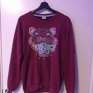 Vinröd sweatshirt från Kenzo. Storlek XL, men sitter som L/M. Säljer åt en kompis. Köparen står för frakten, annars finns den att hämta i Leksand🦁ÄKTA!!