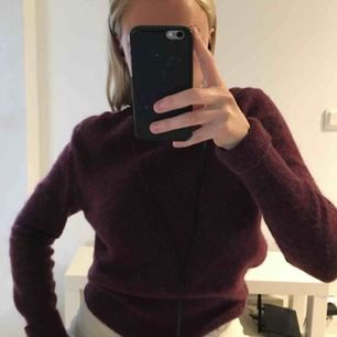 Lila/vinröd stickad tröja från Acne. 34% mohair 34% wool. Superfin men kommer ej till användning.