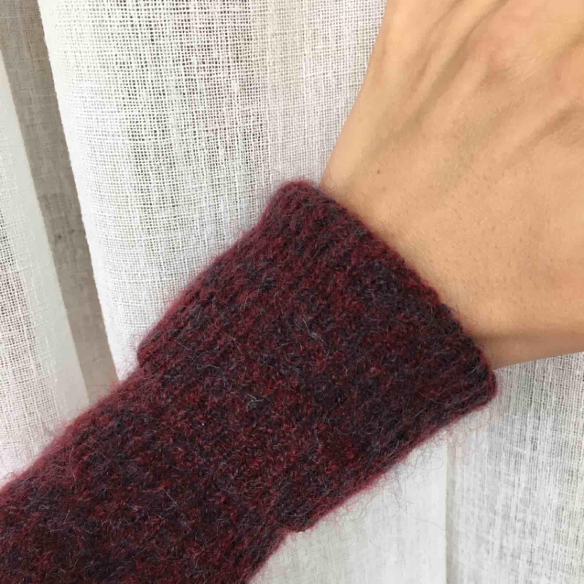 Lila/vinröd stickad tröja från Acne. 34% mohair 34% wool. Superfin men kommer ej till användning. . Stickat.