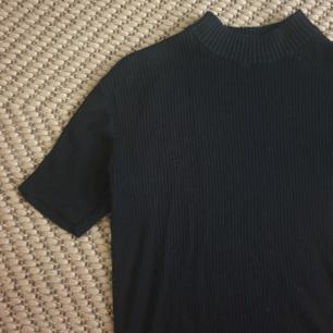 Vintage kortärmad ribbad polo tröja passar storlek s. Strechig. Kan skicka fler bilder. Kan skickas annars finns i Malmö :)