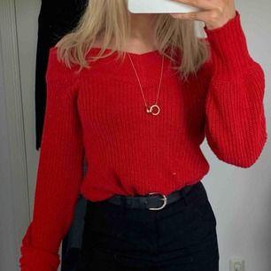Jätteskön stickad tröja från Gina Tricot , den är väldigt klar röd i färgen❤️