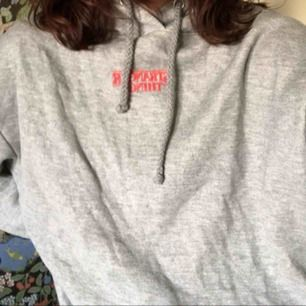 En stranger things hoodie från pull&bear, stor i storleken skulle kunna vara M, oversized