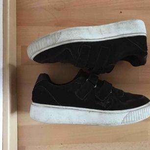 Svarta mocka skor från Johnny Bulls,  med kardborreband! Supersnygga, men kommer ej till användning.  Det går att tvätta sulan vitare ;) Ord pris 800kr