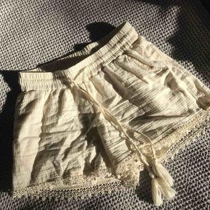 Vita shorts från OBJECT med tofsar. Bra kvalitet och använda några gånger💕