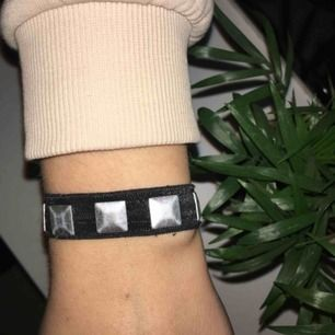 Armband/tofs i ett. Jättesnygg och smidig. Knappt använd. Frakt ingår