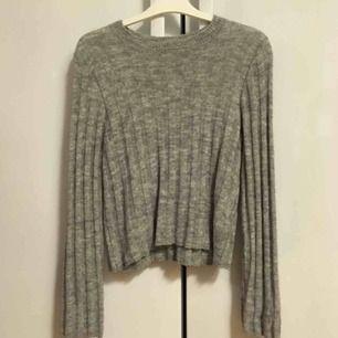 Grå stickad tröja gjord av ullmix (väldigt varm!!!) från H&M. Perfekt till den kalla vintern!