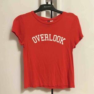 Röd t-shirt med vit text (Overlook)! Kort och fin!