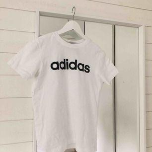 T-shirt från Adidas, använd 3-5 gånger, jag har normalt storlek 36 i tröjor, köparen står för frakten