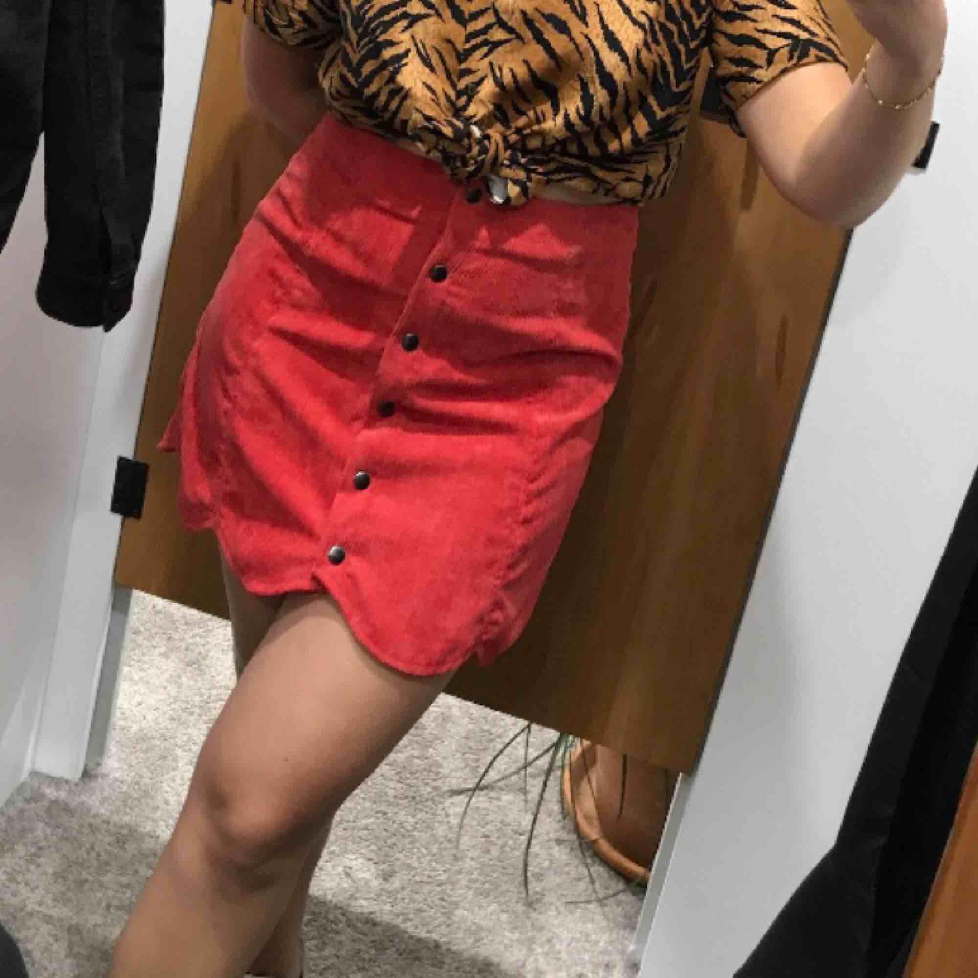 Supersnygg kjol i Manchester. Storlek L men passar även M, för mig är den lite för stor och jag har strl S/M. . Kjolar.