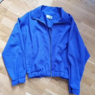 Vintage lila skjorta/jacka i perfekt skick. Har fickor, stabil dragkedja. Snygg nu på hösten med en tjocktröja under🌻 Spårbar frakt för 63kr. Hojta för fler frågor :-)