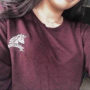 Mörkröd/vinröd långärmad tröja med detalj från Pull&Bear. Tröjan är i fint skick.