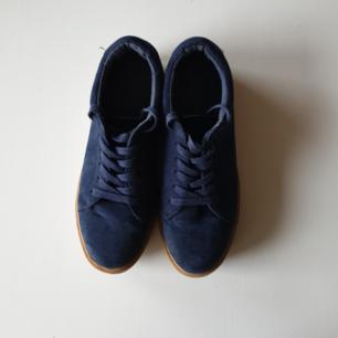 Marinblå sneakers från New Look i stl 39 i mockaimitation. Hög gummisula. Passar mig som har stl 39/40. Köpare står för frakt. Kan mötas upp i Kalmar.