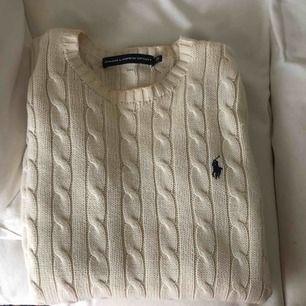 Sparsamt använd Ralph Lauren kabelstickad tröja i beige färg.