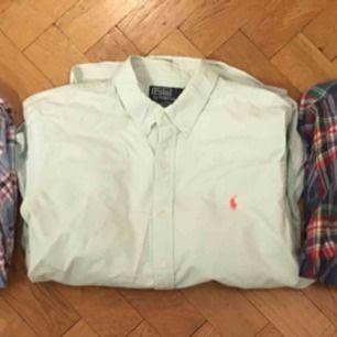 Säljer 3 Ralph lauren skjortor i ett paket alla är i L slimfit . Skickas smidigast för 63kr spårbart paket