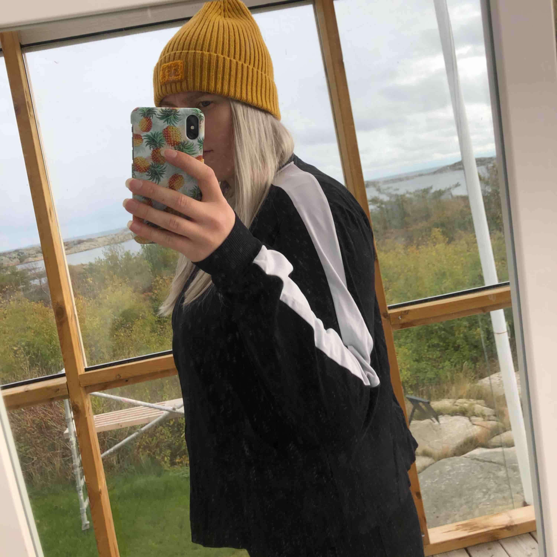 Snygg tröja med vit rand på ärmarna. Storlek M. Kan skickas, köparen står för frakten. Hämtas i Onsala.. Tröjor & Koftor.