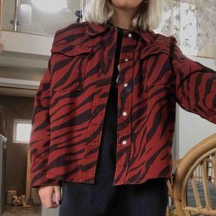 Snygg skjorta i rött och svart zebra mönster. Har använt 1 gång så den är i fint skick.🥰
