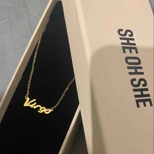 18k guld platerad halsband från She Oh She (personalized necklace) med texten Virgo.  Ordinarie pris 399kr + 29kr frakt. Oanvänd, skickas med boxen. Bjuder på frakt vid snabb affär.