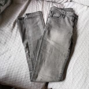 Skinny jeans, märke crocker, låg midja, har lite specs av vitt, frakt 54kr. Storlek 27/32 vilket motsvarar xs.