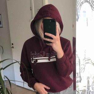 Vinröd hoodie med tryck från GinaTricot. Storlek M men passar S också. Säljes i superbra skick. Frakten ingår i priset! 🔥