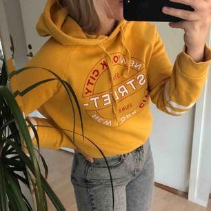 Gul hoodie med fräck design från ginatricot. Nästintill oanvänd. Storlek M men passar för S också. Frakten inkluderat i priset! 🔥