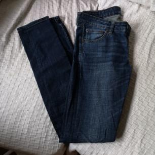 Skinny jeans från Crocker, låg midja. Har en liten svag fläck vid knät (se bild nr 2). Syns knappt. Frakt 54kr. Storlek 29/32 vilket motsvarar xs.