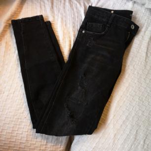 Distressed skinny jeans från Zara, låg midja. Liten slit på sidorna (se bild nr 3). Lite för små för mig. Frakt 54kr.