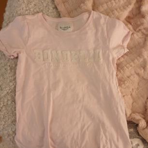 Oanvänd bondelid t shirt i en fin rosa färg